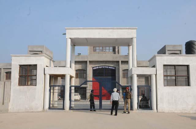 case registered against 11 prisoners mobile phones recovered