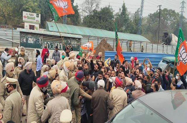 clash between bjp and police in dc office ludhiana