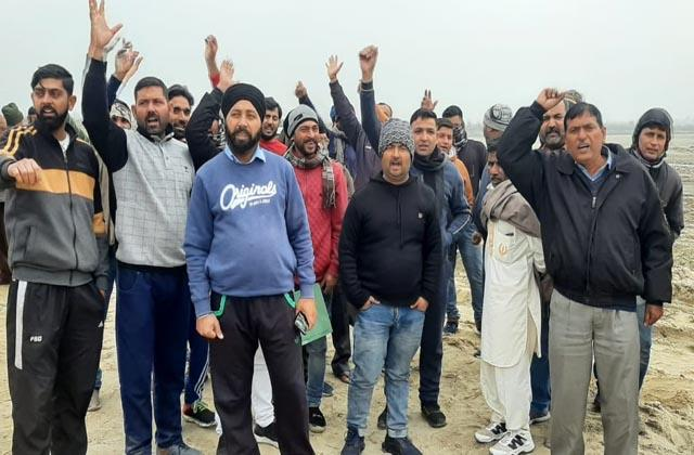 contractors protest against royality in samba