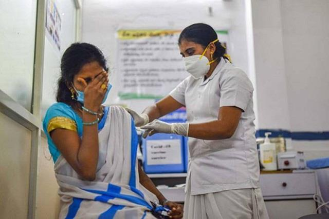 corona vaccination resumes in mumbai and pune after 2 days
