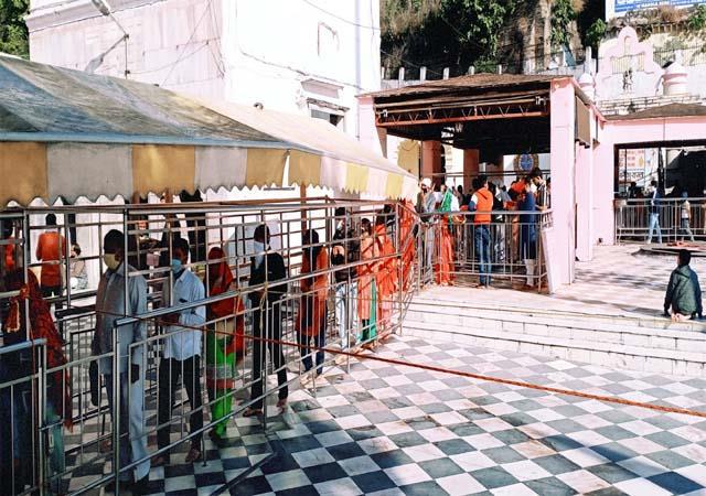 devotee in jawalamukhi temple