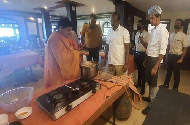 mahaka indauri poha mp minister prepared with his own hands in kerala