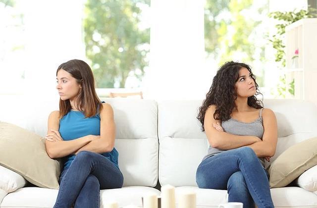 क्या रूममेट से हो गई है बहस? रिश्ते को गहरा बनाएंगे ये टिप्स