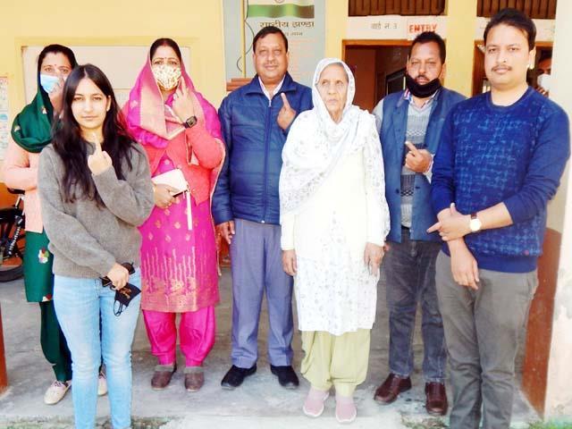 minister virender kanwar cast vote with family