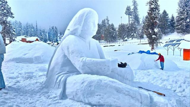 you will also be surprised to see such artifacts made from snow
