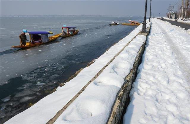 dal lake frozen in kashmir