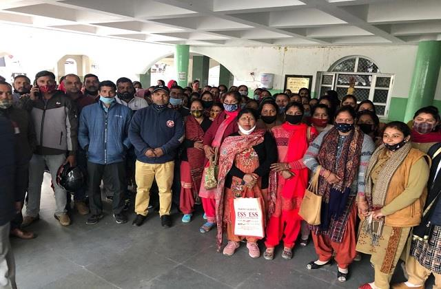 the case of annual fees did not stop hundreds of parents reached sdm office