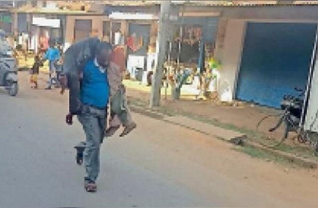 ex servicemen walking on foot carrying body in balrampur