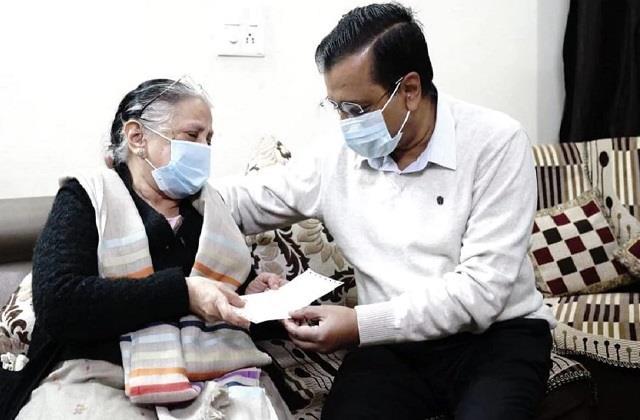 cm kejriwal handed check one crore corona warrior dr hitesh gupta