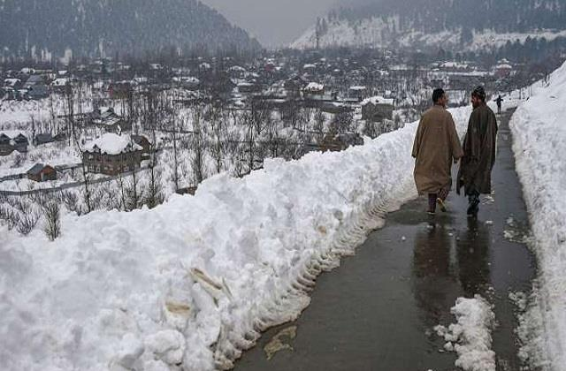 cold wave continues in kashmir qazigund becomes coldest area