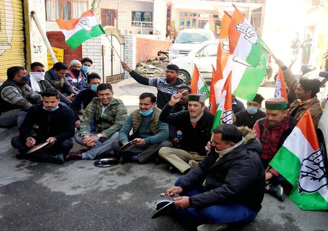 youth congress shouts slogans