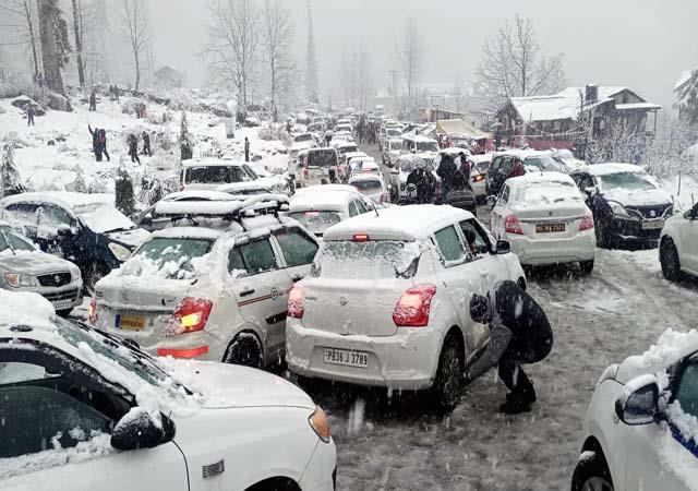 सोलंगनाला में बर्फ का दीदार करना सैंकड़ों पर्यटकों को फिर पड़ा महंगा -  snowfall again seen got expensive to hundreds of tourists