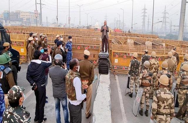 delhi police chief reviews security arrangements at ghazipur border