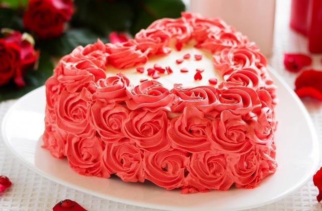 वैलेंटाइन डे पर पार्टनर के लिए बनाएं 'Rose Cake'