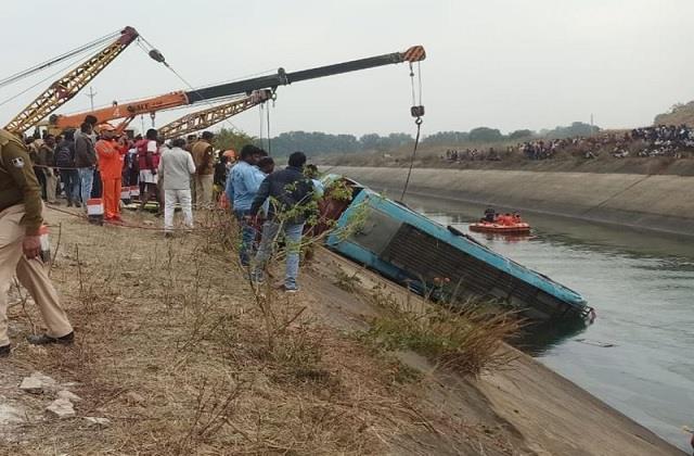 Image result for दर्दनाक बस हादसा: 54 यात्रियों से भरी बस नहर में गिरी, 2 और शव मिलने से मृतकों की संख्या बढ़कर हुई 49