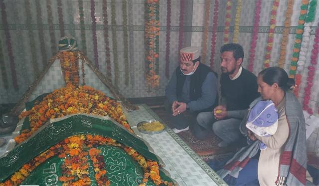 here hindu family is performing pir baba s tomb
