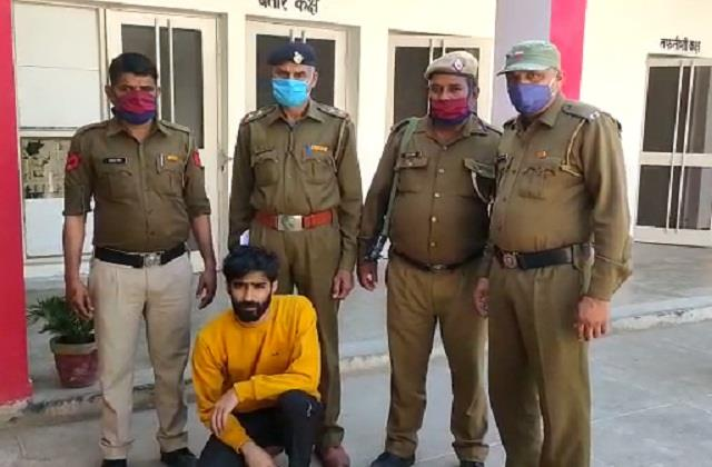 arrested for robbing three lakh by showing pistol many cases are registered