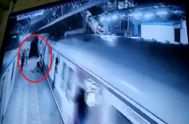 mumbai khar railway station video viral