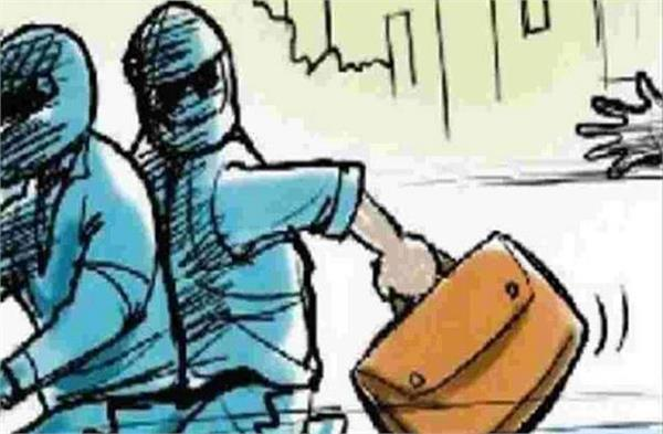 3 persons escaped snatching bag full of money from finance employee