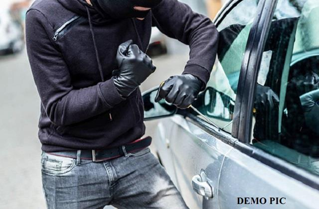 thieves broke the glass of the car and blew rs 3 lakh in broad daylight