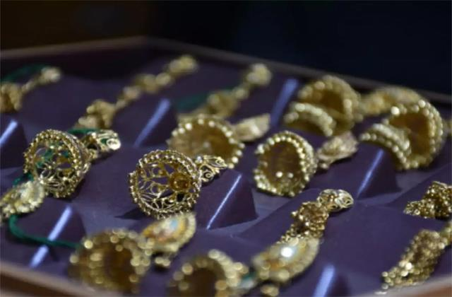 gold futures fall to eight month low fall for fifth consecutive day