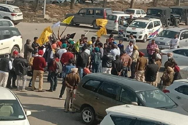 farmers surrounded bjp leaders in mohali