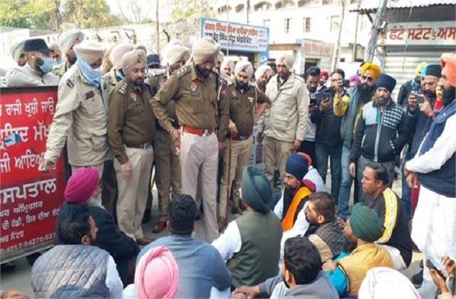 minor clashes between aap workers and police
