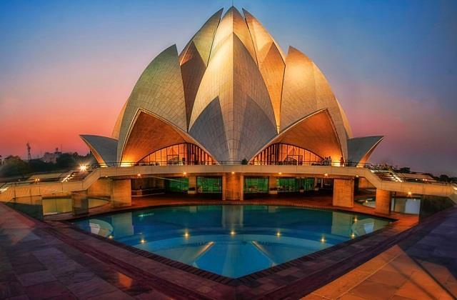 आकर्षण का केंद्र है दिल्ली का Lotus Temple, जानिए इससे जुड़े कुछ रोचक तथ्य