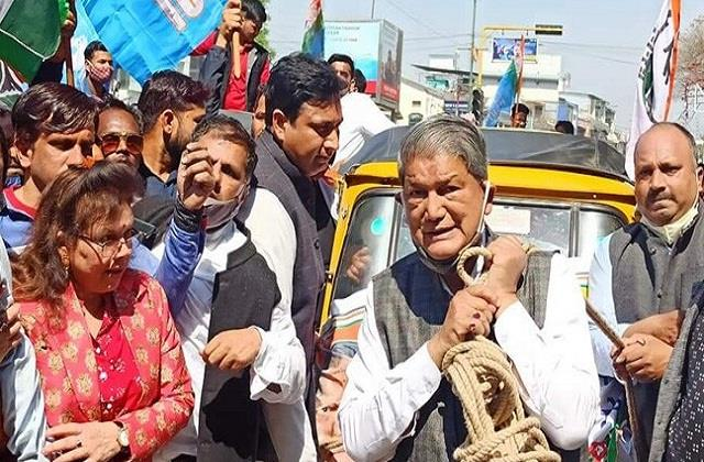 harish rawat pulled auto rickshaw from the rope
