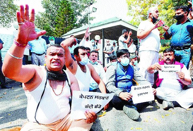 bjp leaders staged a protest outside the chief minister s residence