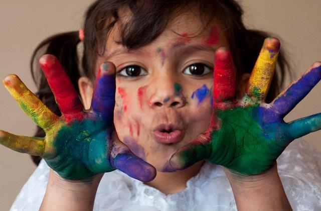 होली के रंगों से ऐसे रखें बच्चे को सुरक्षित, नहीं होगी स्किन व आंखों में एलर्जी