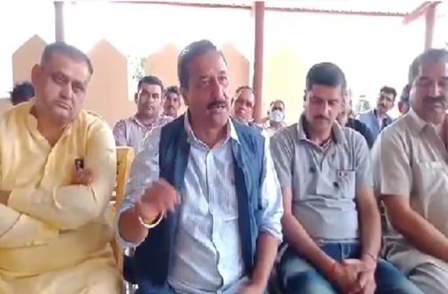 former mla ajay mahajan accused of misleading forelane affected