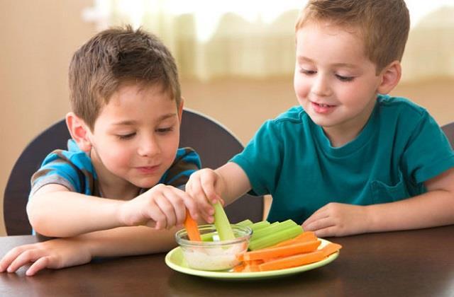 नन्हीं आंखों की हिफाजत के लिए बच्चे को जरूर खिलाएं ये Healthy Food