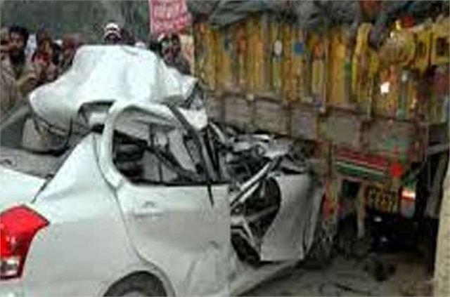 violent road accident on varanasi lucknow highway seven injured and 2 killed