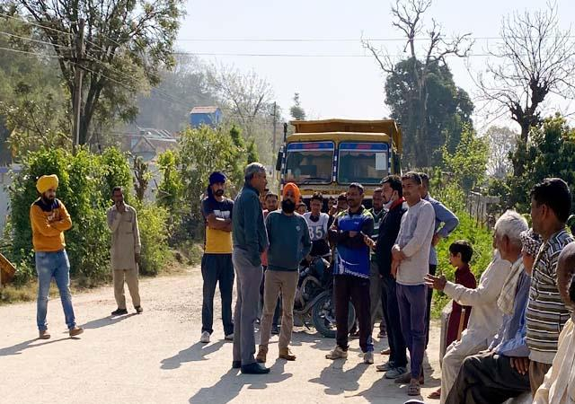 villagers stopped overload tippers in hamboli of una