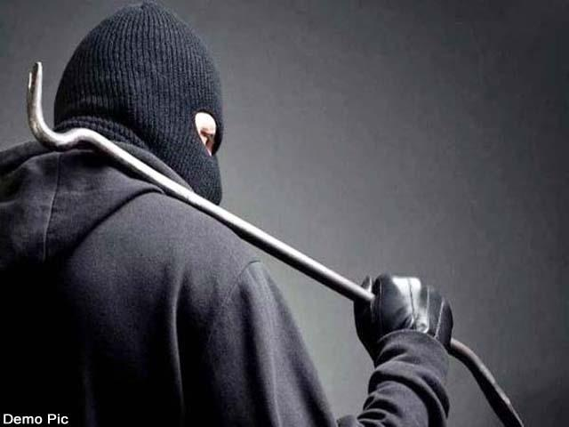 jewelery and cash stolen from businessman s house in mallroad