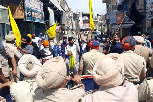 farmers showed black flags to union minister som prakash