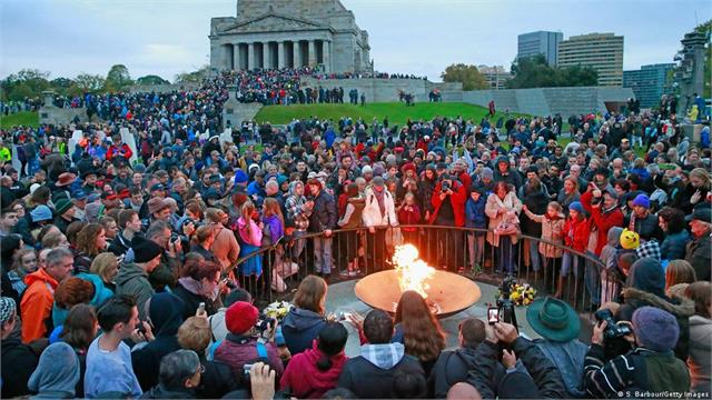 australia and new zealand commemorate war dead on anzac day