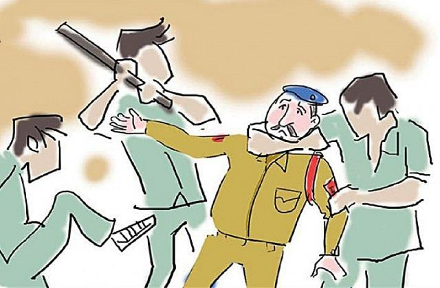 police personnel beat up uniforms for removing wrong side car