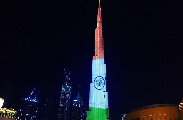 तिरंगे के रंग में रंगा बुर्ज खलीफा, बढ़ाया भारतीयों का हौंसला (See Video)