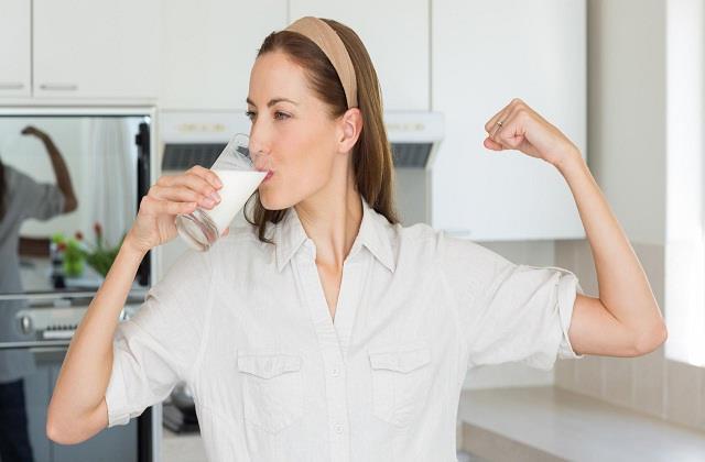 कोरोना से बचाव के लिए दूध में मिलाकर पीएं ये चीजें, तेजी से बढ़ेगी Immunity