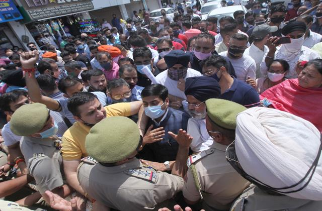 protest of liquor traders in jammu against new excise policy