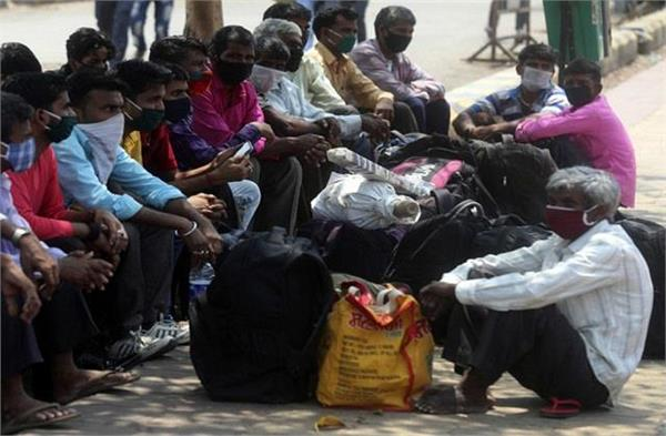 migrant laborers returning to their homes from delhi and pune