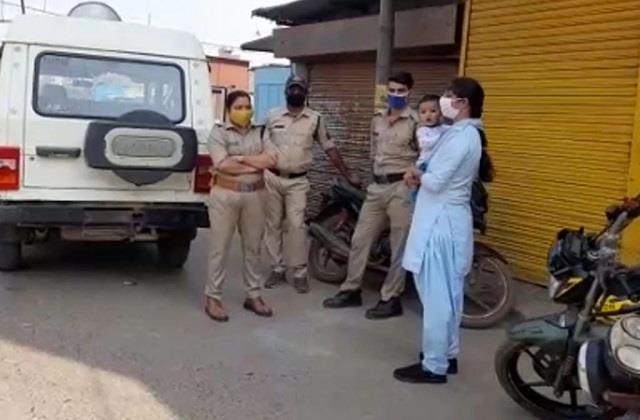 सलाम: कर्फ्यू में मासूम बच्चा गोद में लिए ड्यूटी कर रहीं महिला पुलिसकर्मी, एक साथ निभा रहीं 2 फर्ज