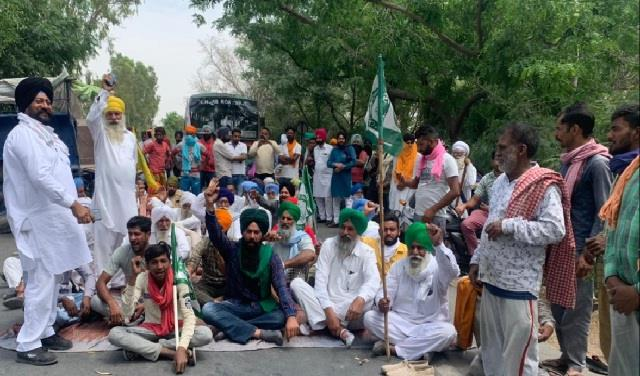 due to lack of gunny in the mandis farmers protest