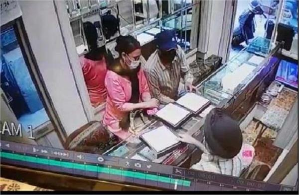 robbery at jewellery shop cctv footage viral