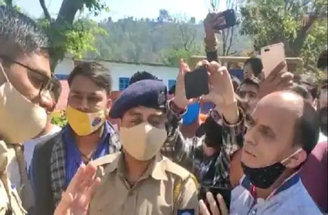 policemen beat their own partner people jammed the highway