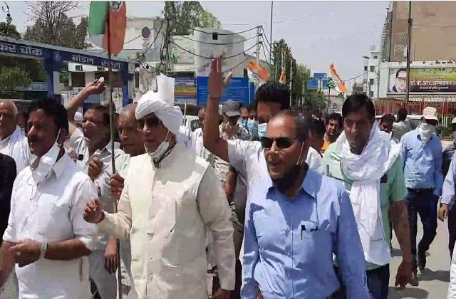 congress strongly protests clashes against farmers in cm s program