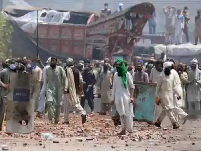 radical islamist party frees 11 pakistani police hostages