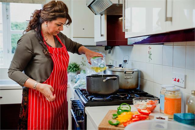 खाना बनाते समय महिलाएं भूल कर भी न करें ये गलती, नहीं रूठ जाएंगी मां लक्ष्मी